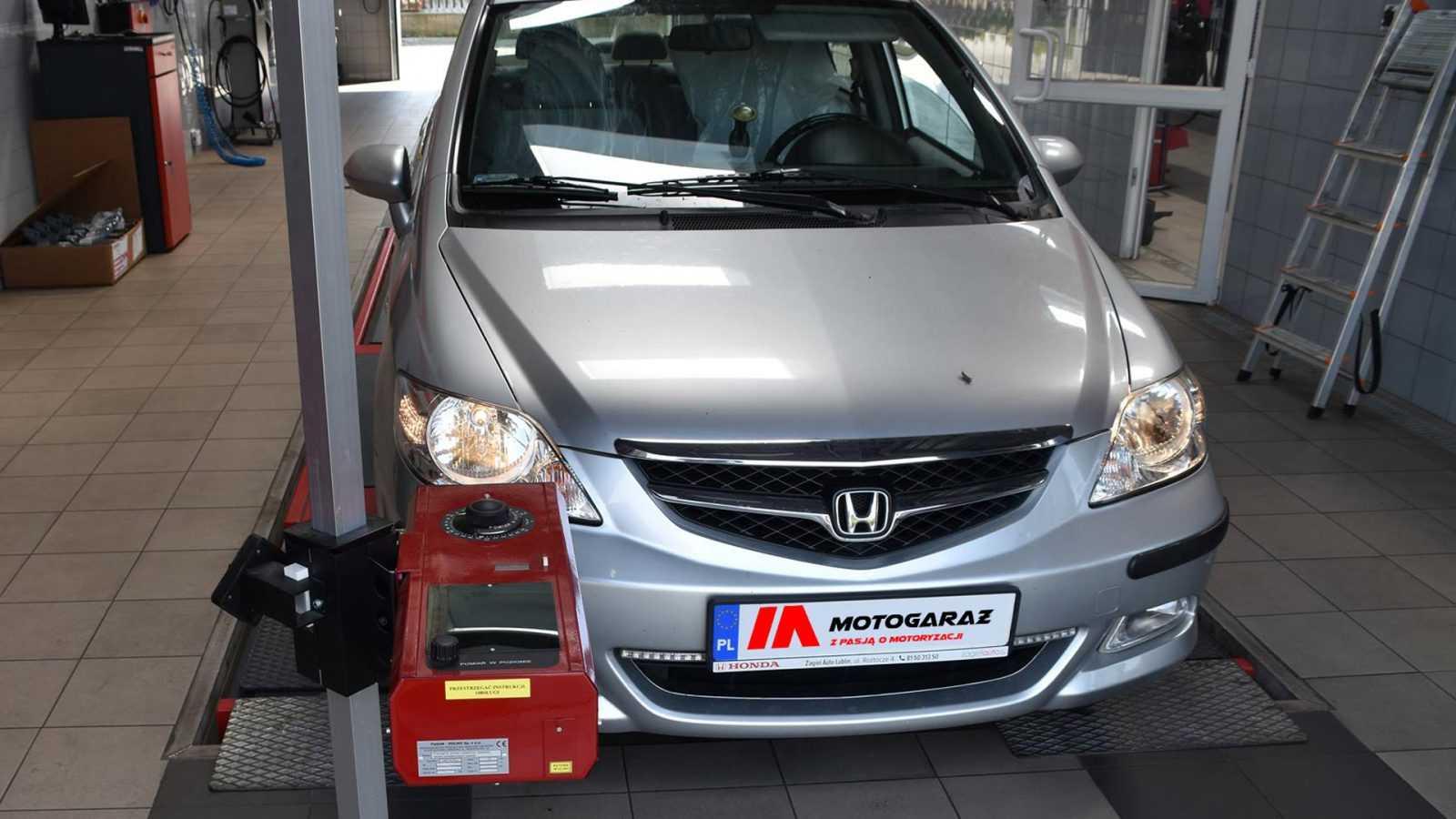 Regulacja reflektorów w samochodzie. Jak poprawnie ustawić światła?