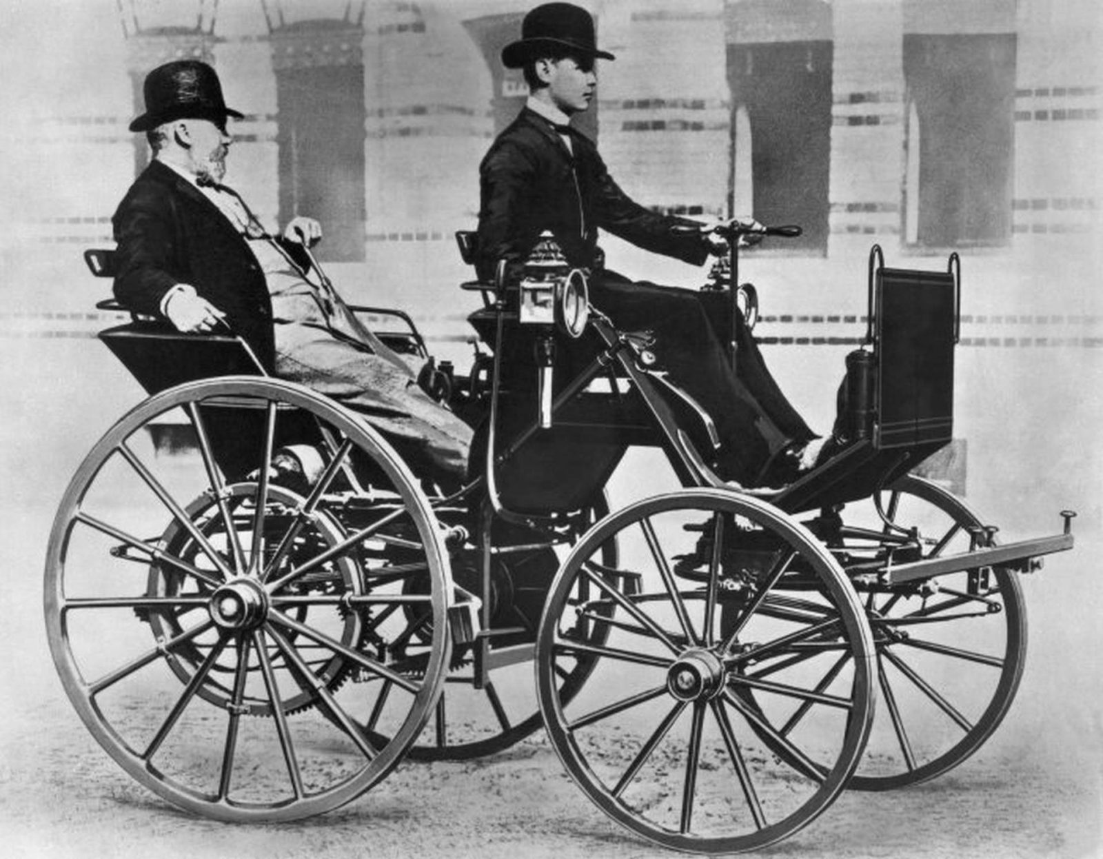 Gottlieb Daimler w pojeździe Motor Carriage prowadzonym przez jego syna Adolfa