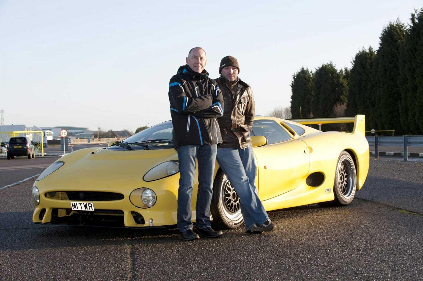 Zwycięzca wyścigu Le Mans Andy Wallance z Justinem Law